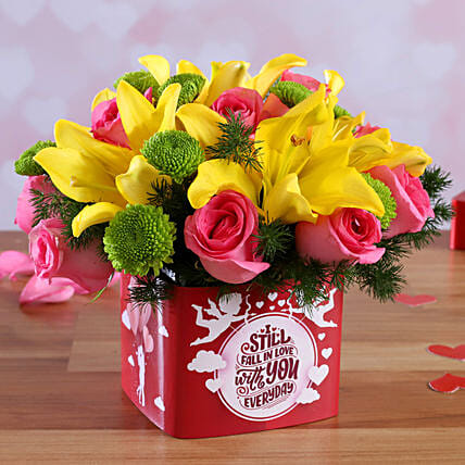 mix roses in  vase arrangement for valentine:Send Mixed Flowers