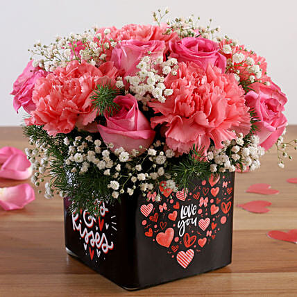 rose n carnation arrangement for valentine:Kiss Day Gifts