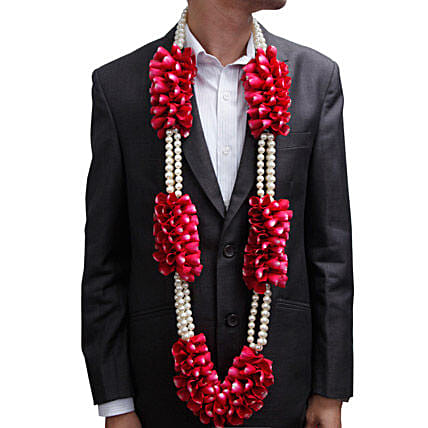 A garland of red roses and white pearls