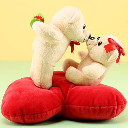 Kissing Teddies Online:Send Wedding Gifts to Kanpur