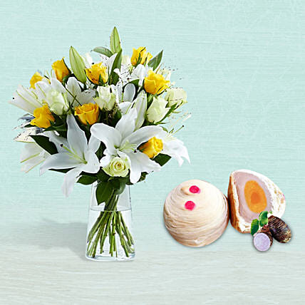 Lilies And Yellow Roses With Single Yolk Toechew Mooncake