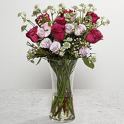 Roses Arrangement In Glass Vase:Same Day Flower Arrangements in Dubai UAE
